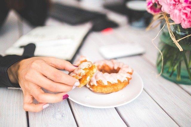 V kaj nas vodi sindrom dobrega počutja Neustrezna prehrana, pomanjkanje gibanja in stres..